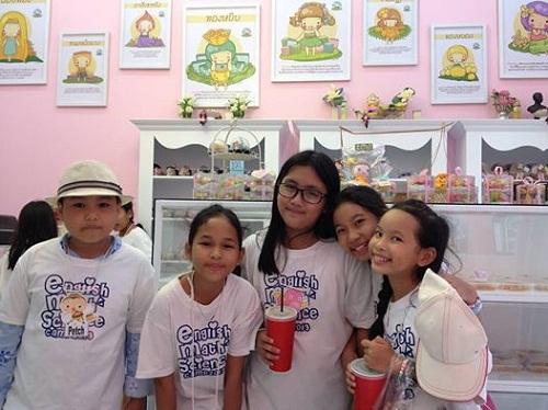 ร้านบ้านเดือนขนมไทยและลูกค้าเด็กก็ชอบทาน